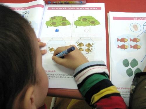 Trong tiết học tập tô của các bé tại Trường mầmnon Hoa Hồng. Ảnh:Minh Cương