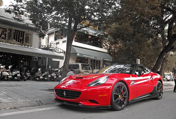 Ông xã Bình Dương của siêu mẫu sở hữu nhiều xế sang, trong đó có Ferrari Calofornia.