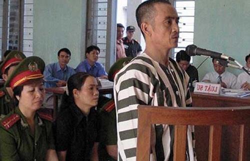 Ông Nén trong phiên tòa 17 năm trước. Ảnh: PL TP HCM