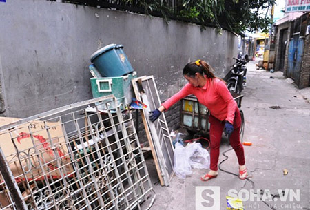 Dù cuộc sống đỡ vất vả hơn nhưng hiện nay vợ chồng chị Hồng vẫn làm nghề ve chai