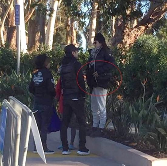 Hình ảnh Tử Di với vòng hai lộ rõ trước ngày lâm bồn được báo chí đăng tải ngày 27/12. Mẹ cô (áo đỏ) đã bay từ Bắc Kinh đến Mỹ để tiện bề chăm sóc con gái sinh nở.