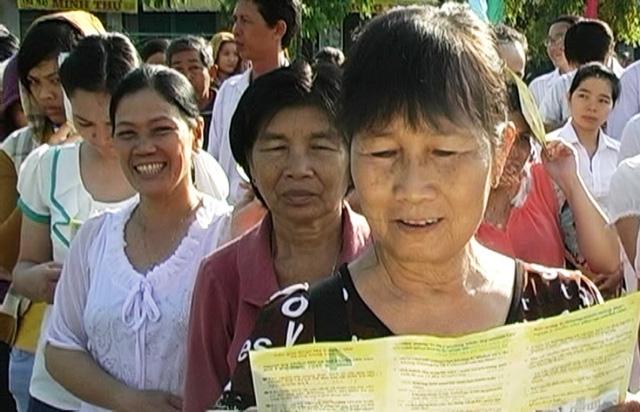 Đông đảo người dân huyện Tam Nôngđến lắng nghe những đợt truyên truyền về cách phòng chống căn bệnh thế kỷ HIV