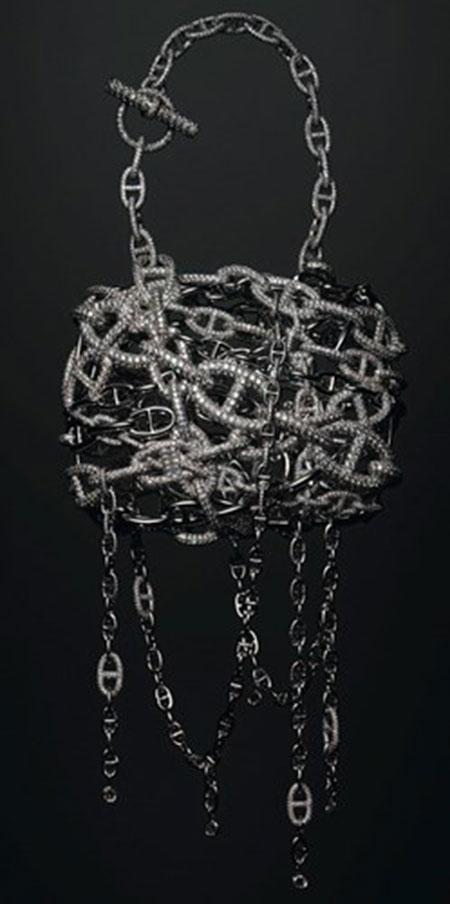 Chiếc túi xách Hermes Chaine d'Ancre có giá 2 triệu USD. Túi được nạm 1.160 viên kim cương với trọng lượng 33.94 carat.