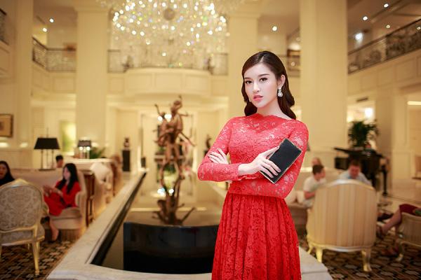 Khác với phong cách quyến rũ, trẻ trung thường thấy, tối qua Á hậu Huyền My xuấthiện với hình ảnh già dặn, bí ẩn với bộ váy ren đỏ rực của nhà thiết kế Đỗ Mạnh Cường.