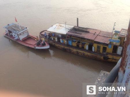 Người dân đi tàu ném phao xuống sông nhưng không cứu được nạn nhân