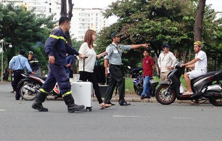 Cô gái được đưa ra xe để về trụ sở tổng lãnh sứ quán. Ảnh: A.X