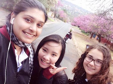 Quỳnh Nga (ở giữa) bên những những người bạn tại Nam Phi