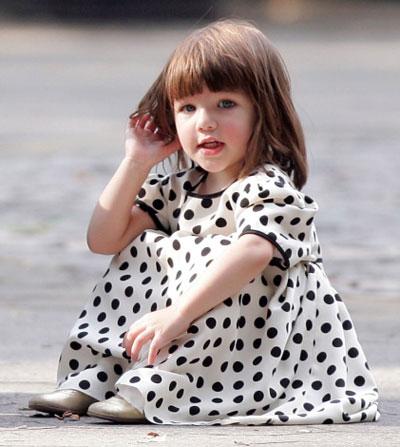Khi Suri được một tuổi và chập chững biết đi, đề tài được khai thác nhiều nhất là trang phục hàng hiệu mà cô bé mặc mỗi ngày.