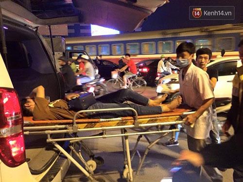 Sau đó dùng cáng đưa người bị thương lên xe và chở tới bệnh viện Bạch Mai cấp cứu