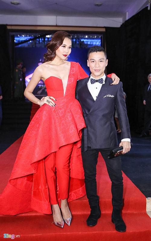 Thanh Hằng tạo dáng bên giám khảo Adrian Anh Tuấn.