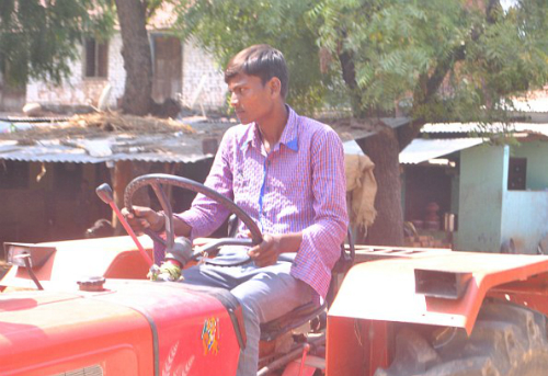 18 năm qua chàng traivẫn sinh hoạt bình thường, lái xe máy kéo trên 40km nông trại của cha mình. Ảnh: firsttoknow.
