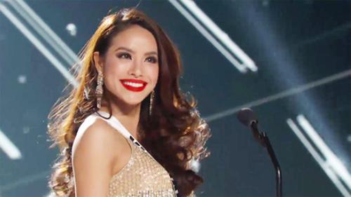 Phạm Hương rạng rỡ và nói tiếng Anh lưu loát trong phần giới thiệu bản thân. Trước đó, cô cũng được đặt nhiều kỳ vọng qua những clip tự quay giới thiệu bản thân bằng tiếng Anh và hát bài Hello Vietnam bằng tiếng Anh.