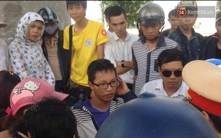 Nam thanh niên chở hàng (đeo kính) trình bày vụ việc với công an - (Ảnh: Định Nguyễn)