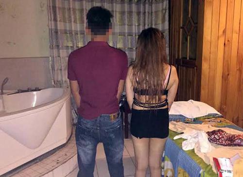Nữ nhân viên bị bắt quả tang kích dục cho khách trong phòng Vip. Ảnh: Quốc Thắng.