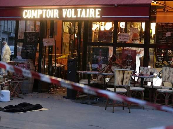 Một trong số những hiện trường của vụ tấn công liên hoàn tại Paris xảy ra vào đêm 13/11. Ảnh: AP