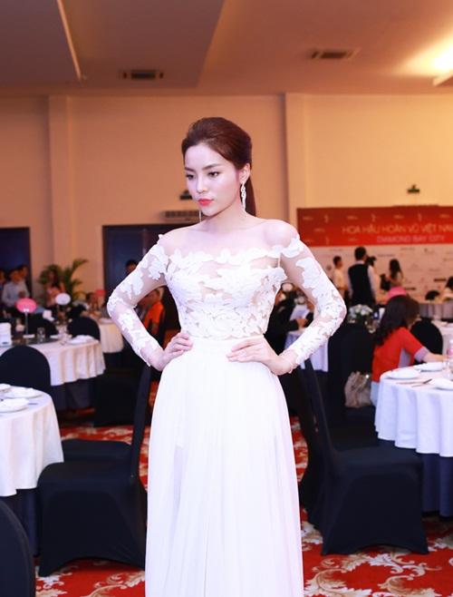 HH Kỳ Duyên vai trần gợi cảm dự tiệc tại Nha Trang - 7
