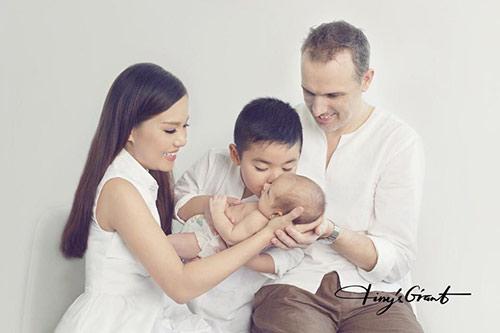 Nữ diễn viên hạnh phúc khoe được chồng Tây giúp đỡ trong việc chăm con.