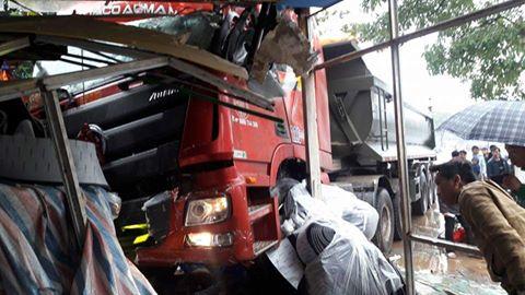Hiện trường vụ xe tải lao vào nhà dân.