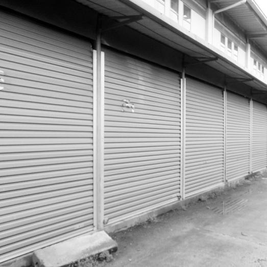 Nhiều ki ốt ở chợ Quang Trung vẫn còn bỏ trống, chưa đưa vào sử dụng.