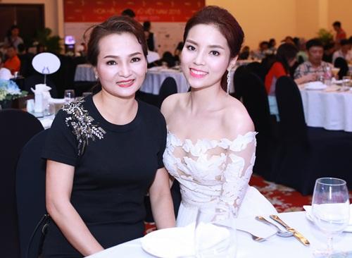 HH Kỳ Duyên vai trần gợi cảm dự tiệc tại Nha Trang - 1