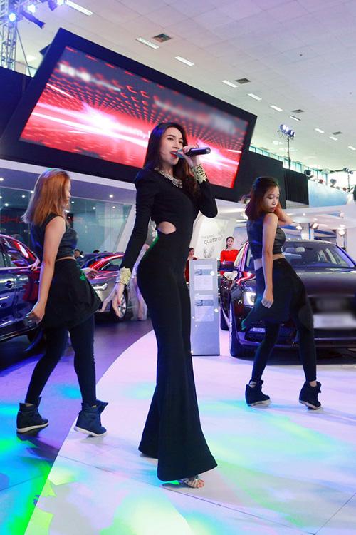 Tham gia chương trình, Thuỷ Tiên biểu diễn những ca khúc sôi động. Cô vừa hát vừa khoe vũ đạo trong trang phục gợi cảm.
