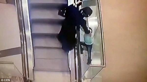 Thế nhưng chiếc thang máy đang không ngừng chuyển động khiến bà không thể giữ nổi đứa cháu bé bỏng.