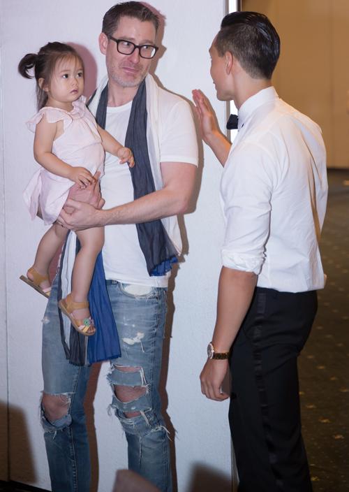 Diễn viên Kim Lý nhận ra chồng và con Đoan Trang nên tới chào hỏi. Anh cũng sinh ra và lớn lên tại Thụy Điển nên thoải mái trò chuyện với ông xã Đoan Trang.
