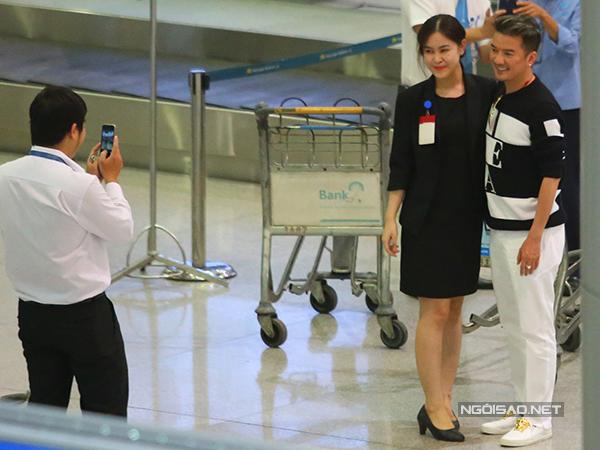 Trước khi ra ngoài, anh được nhiều người xin chụp ảnh cùng.