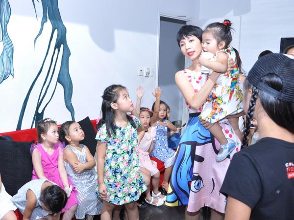 Xuân Lan đại diện cho trung tâm và là người hướng dẫn catwalk cho các mẫu nhí. Cô vừa làm việc vừa chăm con.