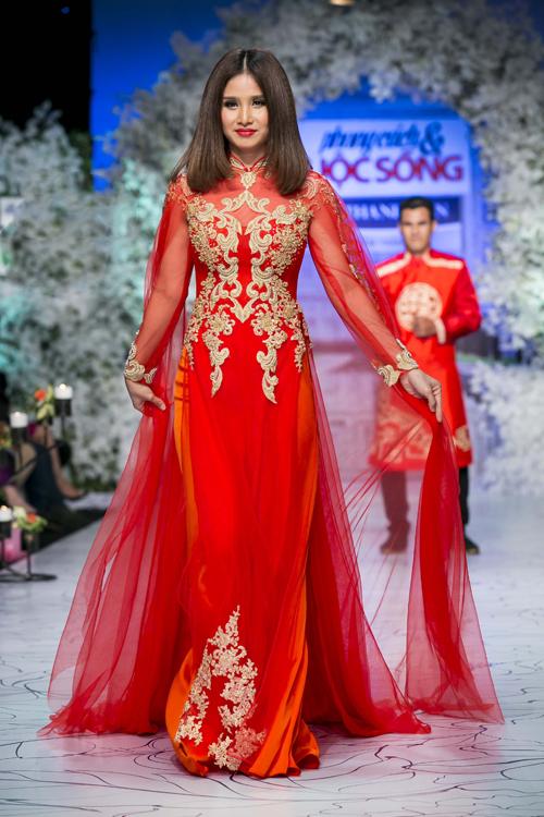Thảo Trang rực rỡ với áo dài cưới trên tông màu đỏ tươi trang trí hoa ren ánh nhũ vàng sang trọng.