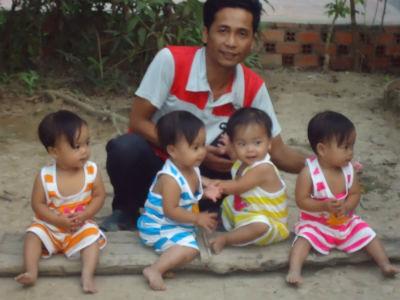 Anh Đồng bên và 4 con gái.