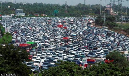 Kẹt đường cao tốc NH-8 nối liền thủ đô New Delhi và TP Gurgaon. Ảnh: Twitter