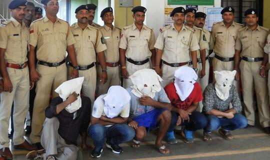 Một nhóm yêu râu xanh khác bị cảnh sát Ấn Độ bắt tại thủ đô New Delhi tháng 6 vừa qua. Ảnh: India