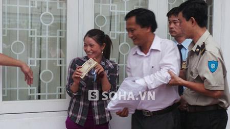 Chị Hồng được phía công an trả lại 5 triệu Yên sau hơn 1 năm chờ đợi.