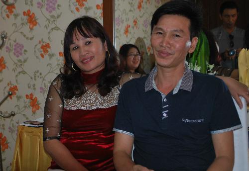 Chị Dần (trái) và chồng trong lần trở lại TP HCM tham gia cuộc thi Đấu trường tiếu lâm.