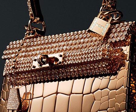 Chiếc túi da cá sấu đính kim cương của thương hiệu Hermes (Rose Gold Crocodile, hay còn gọi là Diamond Birkin Bag) có giá 1,9 triệu USD. Chiếc túi này được đính 11.303 viên kim cương và 86.24 carat vàng hồng.