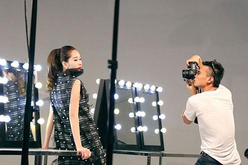 Hoa hậu Việt Nam 2012 tạo dáng trước ống kính.