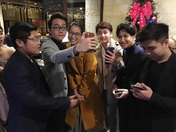 Một số khán giả Việt Nam khi gặp người đẹp Hải Phòng ở nhà hàng đã vây quanh xin chụp hình với cô.