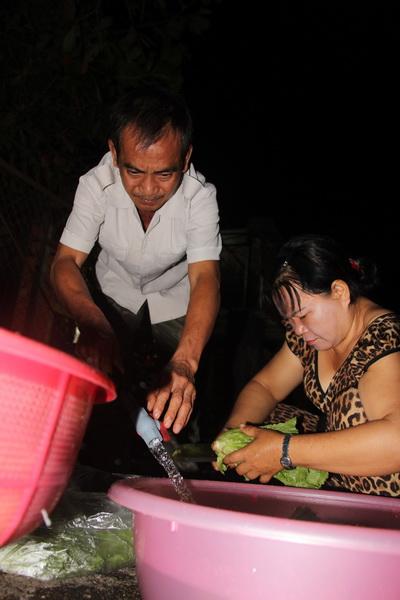Sáng sớm ông Nén phụ giúp vợ dọn hàng bán đồ ăn sáng. Ảnh: Phước Tuấn