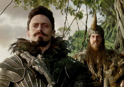 Tạo hình Thuyền trưởng Râu Đen của Hugh Jackman (trái) trong phim.