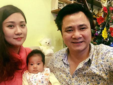 Trong ngày vui đón tuổi mới, Tự Long đã nhận được tình yêu thương cùng lời chúc mừng ý nghĩa của vợ con.