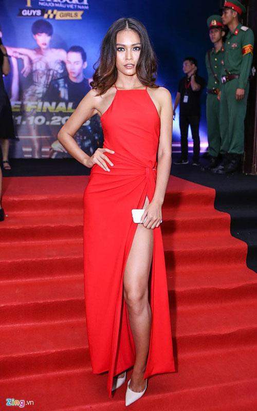 Một người đẹp khác cũng gây chú ý với đầm đỏ nóng bỏng là Mâu Thủy - quán quân Vietnams Next Top Model 2013. Thiết kế xẻ cao giúp cô khoe khéo cặp chân thon dài trước ống kính.