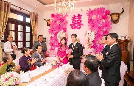 Lễ đính hôn của cặp đôi với những nghi thức truyền thống. Ảnh: NVCC.