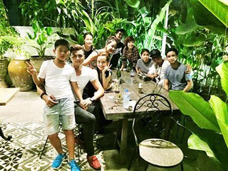 Khi đi chơi cùng nhóm bạn, Hoàng Thùy Linh và Vĩnh Thụy luôn ngồi cạnh nhau.