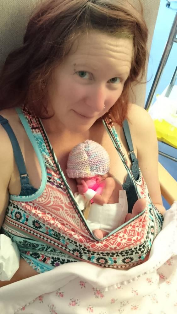 Khi mới ra đời, Pixie nằm vừa trong lòng bàn tay của mẹ.