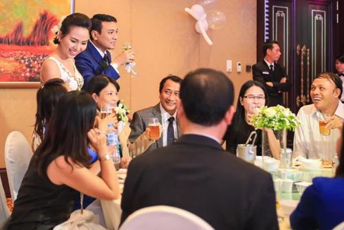 Cô dâu, chú rể đi từng bàn để chào hỏi.