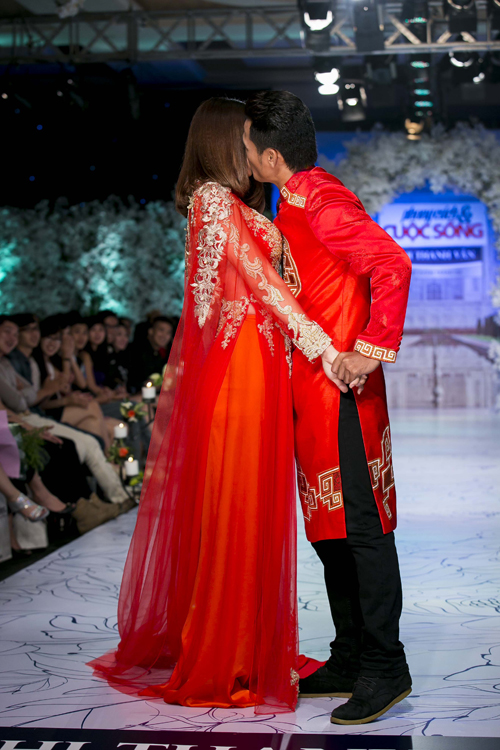 Vợ chồng Phan Thanh Bình - Thảo Trang khóa môi tình tứtrên sàn diễn thời trang cưới.