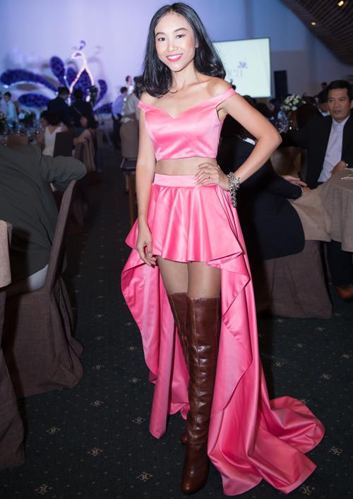 Sô cô la diệnváy mullet hồng gợi cảmkhi biểu diễn trong sự kiện tối 29/11, tại TP HCM.