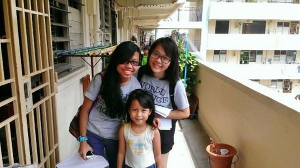 Thảo và các bạn trong một hoạt động cộng đồng ở khu dân cư nghèo của Singapre.