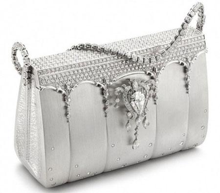 Chiếc túi Hermes Birkin Ginza Tanaka trị giá 1,9 triệu USD. Với chất liệu là bạch kim, chiếc túi này được đính 2.000 viên kim cương ở bề mặt ngoài. Đặc biệt, phần dây đeo của Hermes Birkin Ginza Tanaka được nạm bằng kim cương, và có thể trở thành vòng đeo tay hoặc vòng cổ sang trọng.